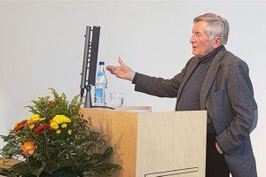Vortragender hinter dem Rednerpult