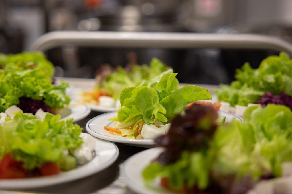 Beilagen Salate angerichtet auf kleinen Tellern