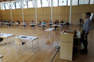 Großer Saal mit Zuhörern und einem Vortragenden