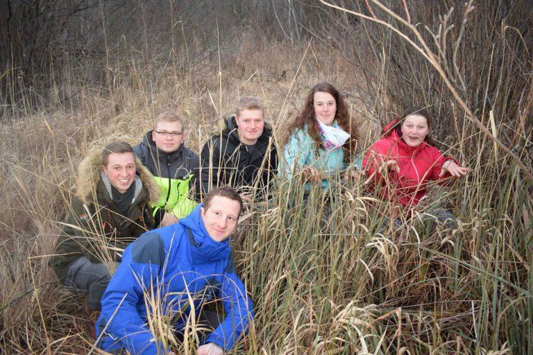 Eine Gruppe junger Leute in der Natur
